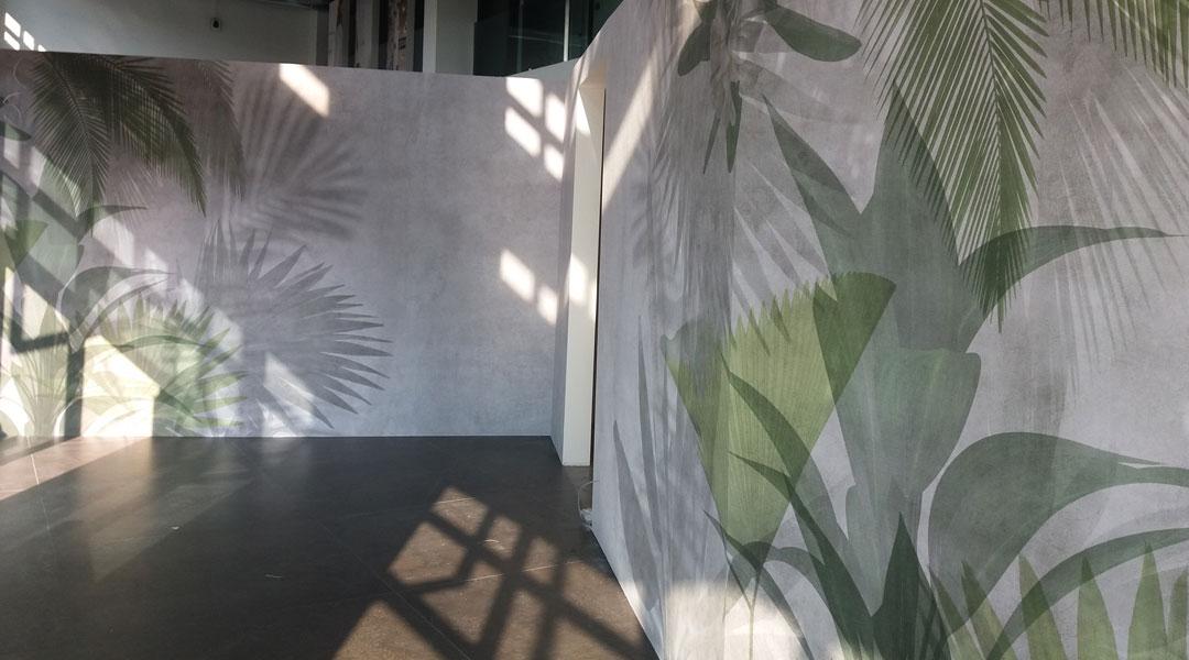 Carta da Parati motivo foglie su pareti di cartongesso
